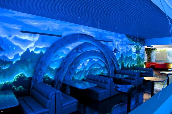 Столики в боулинг клубе с ультрафиолетовой подсветкой