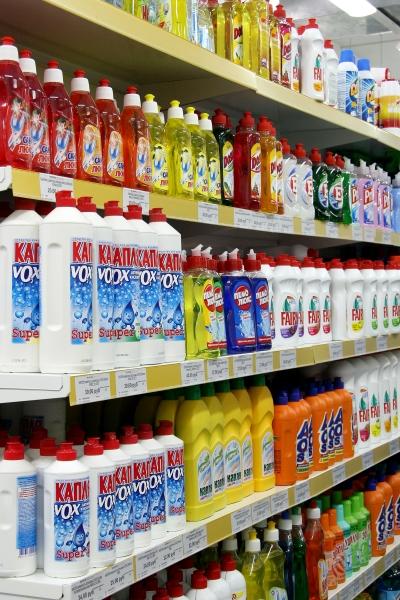 полка с моющими средствами в магазине бытовой химии