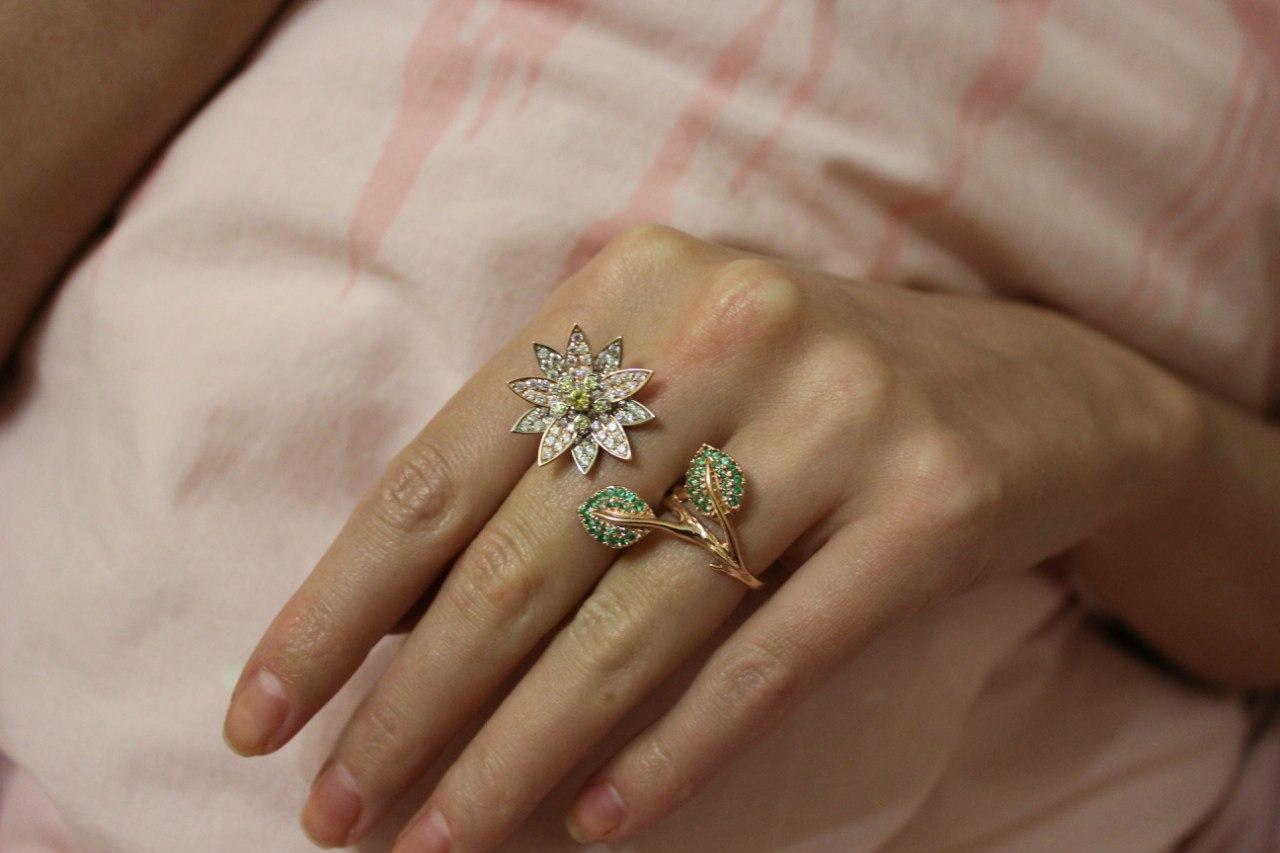 золотые кольца на женской руке