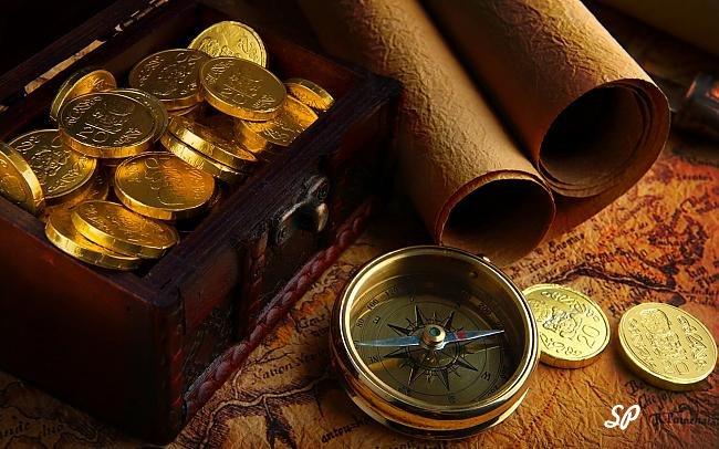 золотые монеты, компас, шкатулка, свиток, старая карта, монеты в шкатулке,