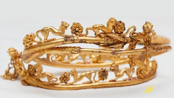 древнее украшение из золота, требующее обработки