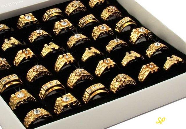 золотые кольца в белой коробке на черной бархатной материи