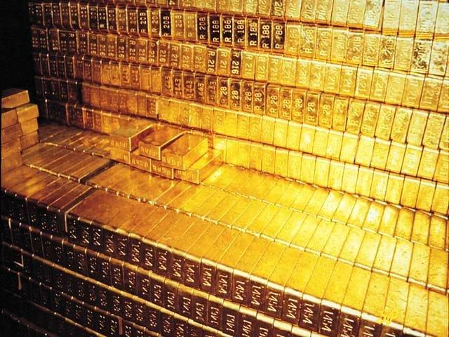 золотые слитки в большом количестве лежат по рядам в хранилище