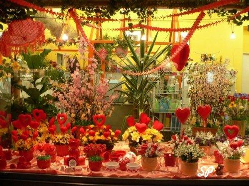 оформление цветочного магазина ко дню Святого Валентина