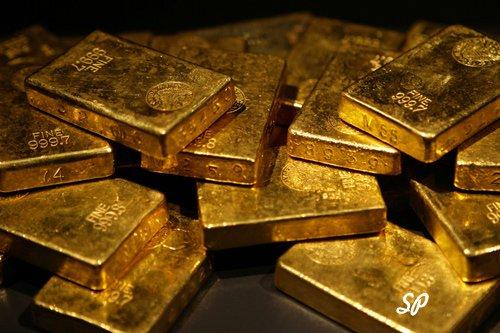 золотые слитки на темном фоне