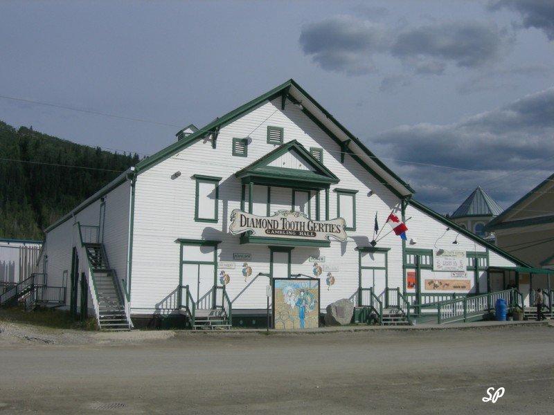 Вид здания золотодобывающего предприятия в Доусон-сити.