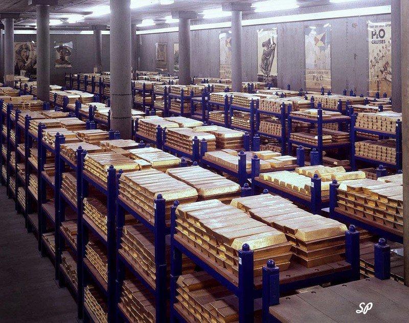 длинные ряды стеллажей с золотыми слитками