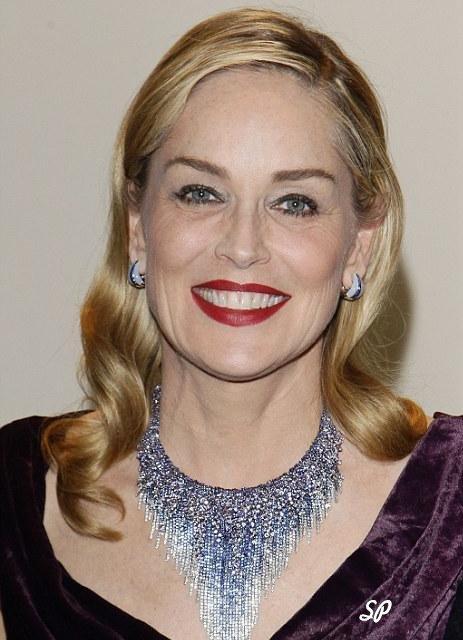 фото знаменитой актрисы Шерон Стоун в колье от фирмы Damiani