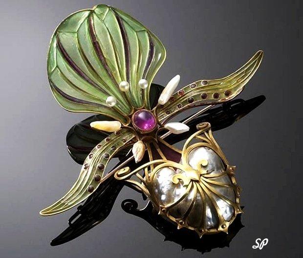 золотая брошь в авангардном стиле, выполненная в виде насекомого и украшенная разноцветной эмалью, жемчужинами, драгоценными камнями