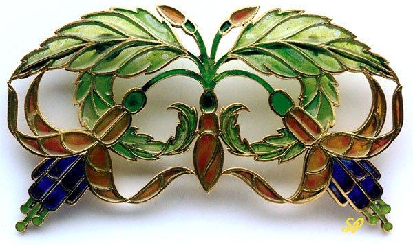 золотая брошь в фольклорном стиле, украшенная разноцветной эмалью с изображением листьев и цветков