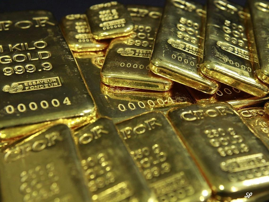 Множество золотых слитков, расположенных неправильными рядами