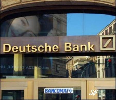 Вывеска и парадный вход германского банка с надписью Deutsche Bank
