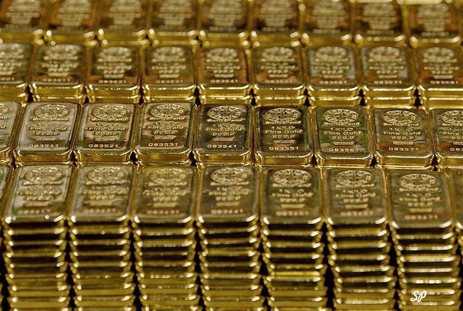 Золотые слитки, расположенные в аккуратные ряды друг над другом