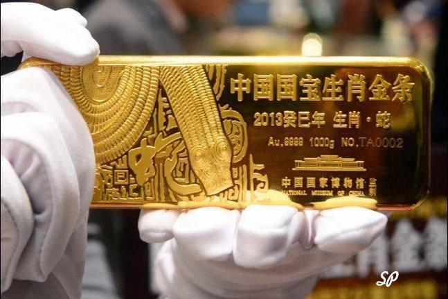 Сингапурский золотой слиток крупным планом, его показывает служащий в белых перчатках