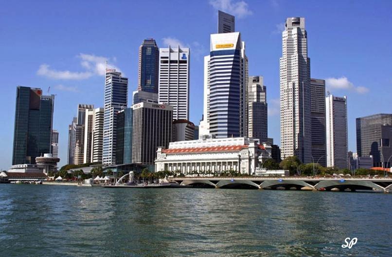 Вид красивых небоскребов на берегу сингапурского пролива, которые являются бизнес-центром Сингапура
