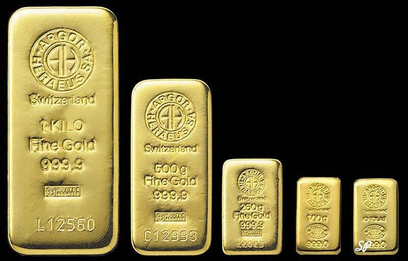 Пять швейцарских золотых слитка разной массы и размеров, расположенные в ряд с маленького по большой на черном фоне