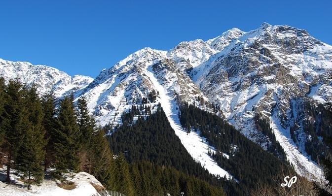 Красивая панорама альпийских гор на фоне синего неба
