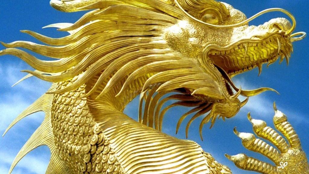 Золотой дракон на фоне неба