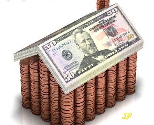 Стопки золотых монет, накрытые купюрами долларов США