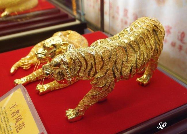 2 золотые фигурки тигров