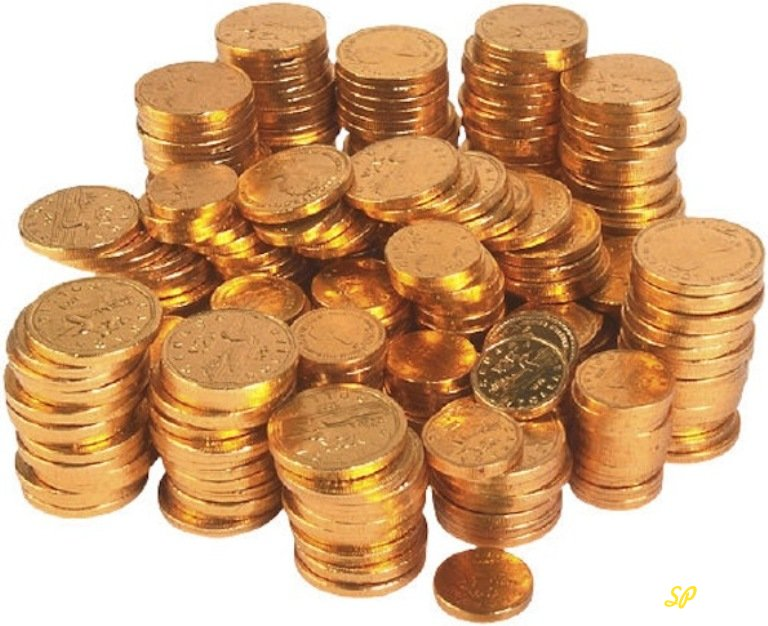 Стопки золотых монет на белом фоне
