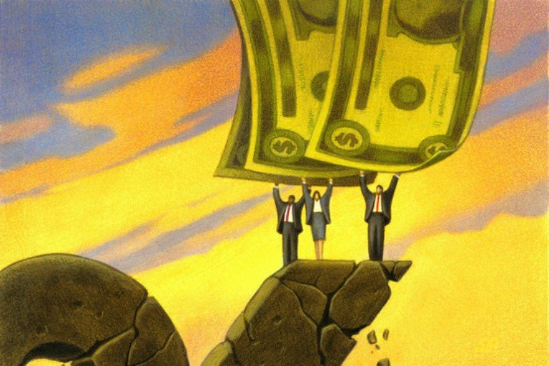 Купюры долларов США в руках людей