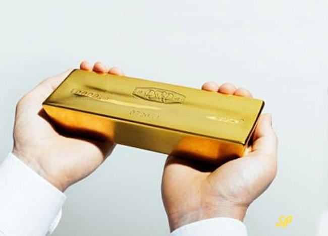 Золотой слиток в руках