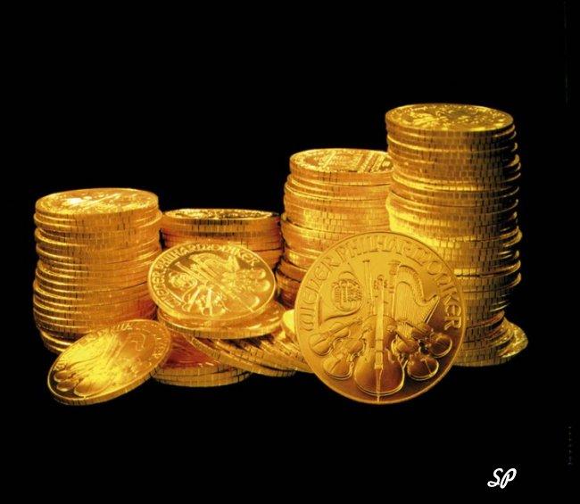 Стопки золотых монет на чёрном фоне
