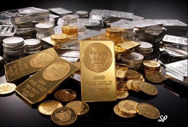 Золотые и серебряные слитки в хаотичном порядке на чёрном фоне