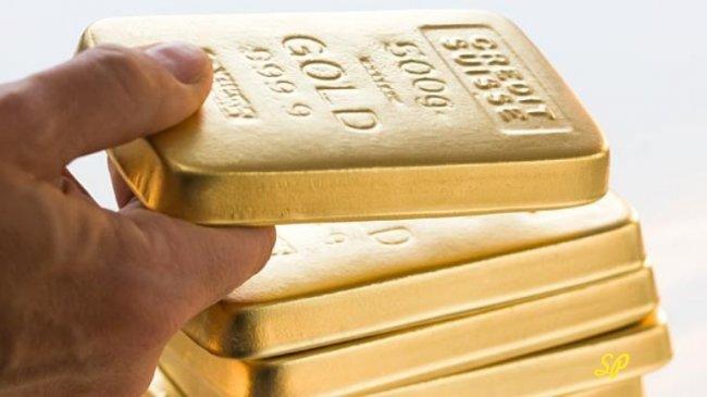Стопка слитков золота на белом фоне