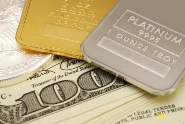 Слиток платины и золота на фоне купюры доллара США