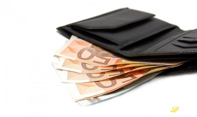 Кошелёк с купюрами евро