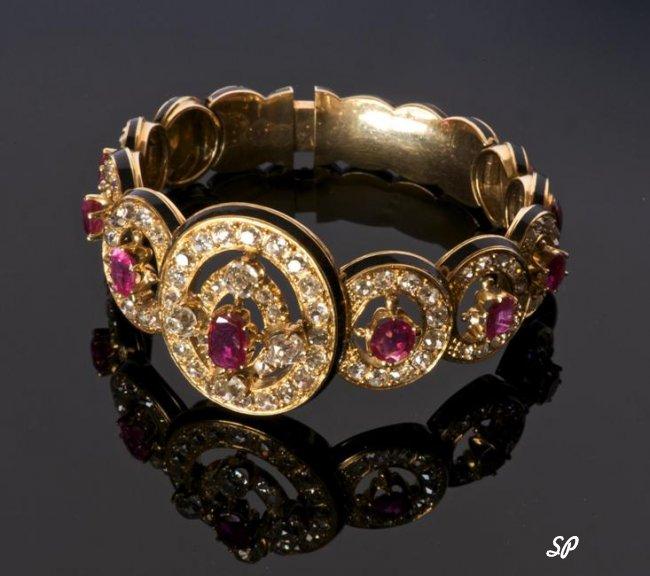 Кольцо с драгоценными камнями на чёрном фоне