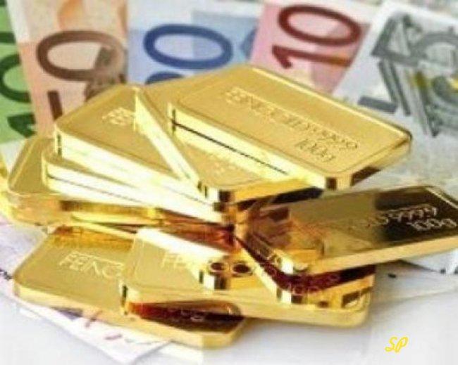 Золотые слитки на фоне купюр евро
