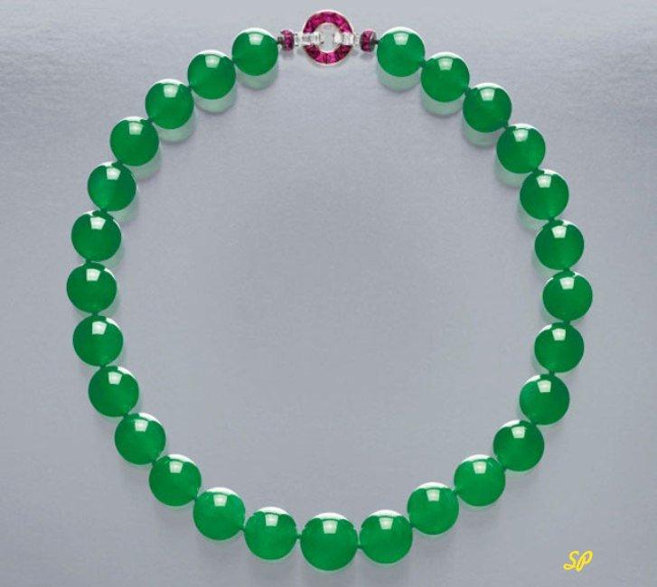 Нефритовое ожерелье на сером фоне