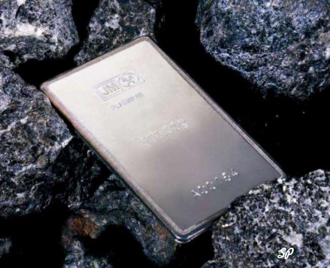 Платиновый слиток на фоне камней