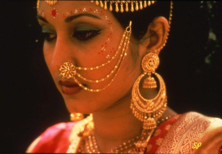 Индийская девушка в золотых украшениях