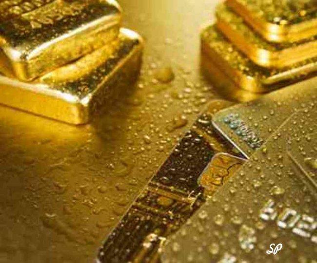 Слитки золота на столе в каплях