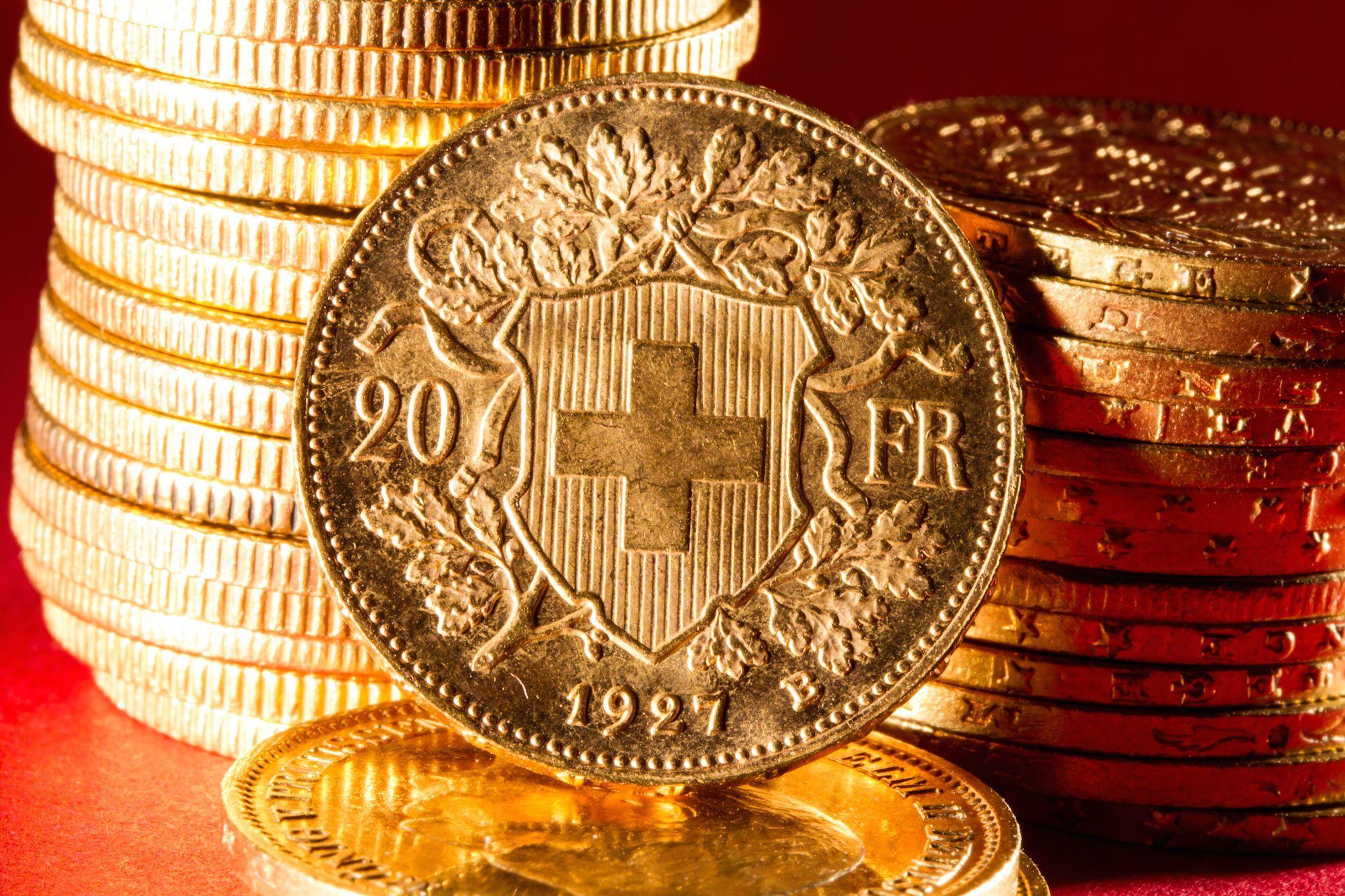 Стопки монет из золота