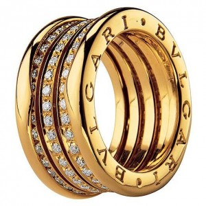 Золотое кольцо с бриллиантами марки Bulgari