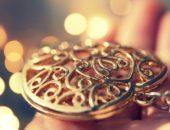 Золотые ювелирные изделия в блеске солнца
