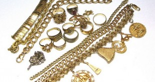 Ювелирные изделия из золота на белом фоне