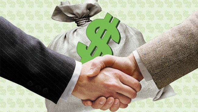 Рукопожатие на фоне мешка с деньгами