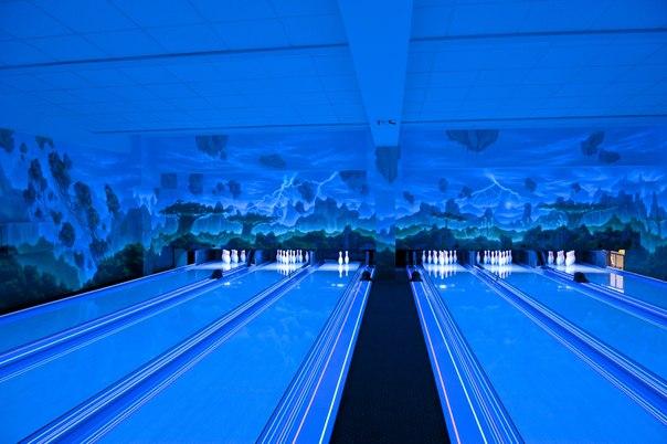 Боулинг клуб с ультрафиолетовой подсветкой