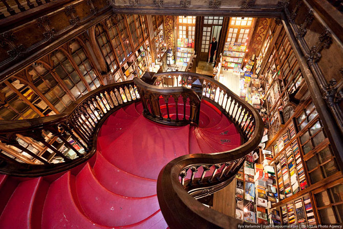 Книжный магазин с лестницей