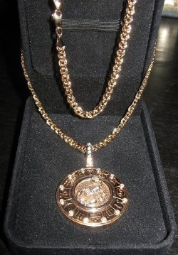 Золотая цепочка с кулоном