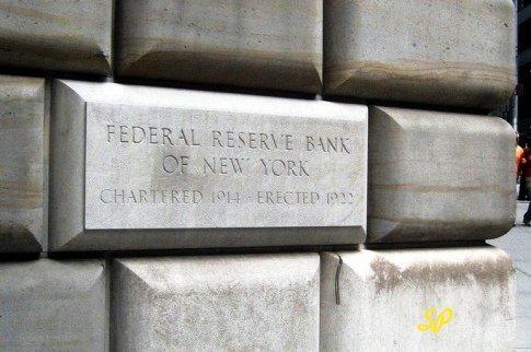 кирпич в здании Центрального банка в Нью-Йорке с названием банка и датой основания