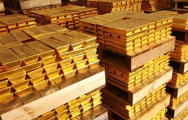 хранилище золота, слитки в большом количестве расположены в ряд на деревянной основе