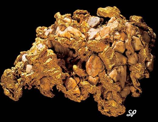 крупный золотой самородок на черном фоне