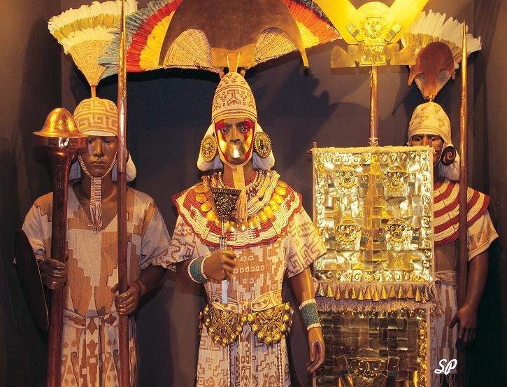 статуи индейцев в полный рост, держащих в руках оружие и стяги, на воинов надеты украшенные золотом доспехи